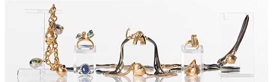 Objekt från vänster: 10. Ole Lynggaard, armband med berlocker, utrop SEK 25 000-30 000. 11. Carmoséring med opaltriplett, utrop SEK 6 000. 47. Ole Lynggaard, ring med akvamariner och briljantslipad diamant, utrop SEK 12 000. 1. Ole Lynggaard, halsband med elefantlås, utrop SEK 22 000-25 000. 5. Ole Lynggaard, Halslänk med hjärtformat lås, utrop SEK 12 000-15 000. 8. Ole Lynggaard, ring med briljantslipad diamant på 0,08 ct, utrop SEK 8 000. 15. Björn Weckström, ring med sex briljantslipade diamanter på 0,18 ct, utrop SEK 4 000. 3. Ole Lynggaard, armlänk med klotformat lås, utrop SEK 6 000.